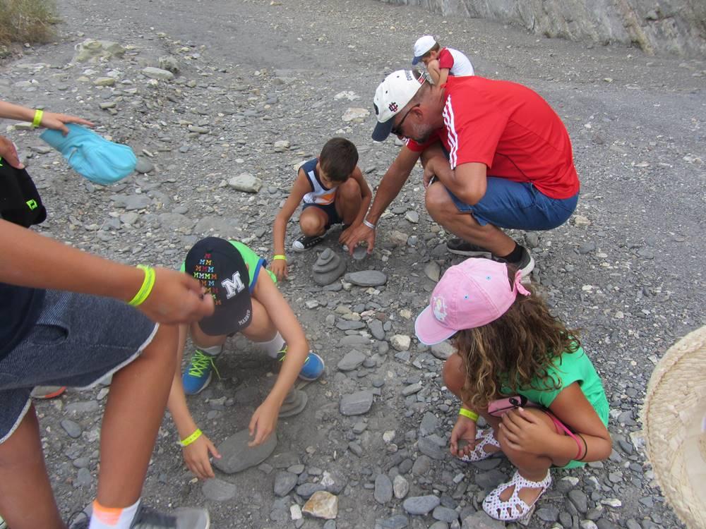 Juani M Aventura en Cabo de Gata Verano 2016 Construyendo un dolmen en el desierto de Almeria
